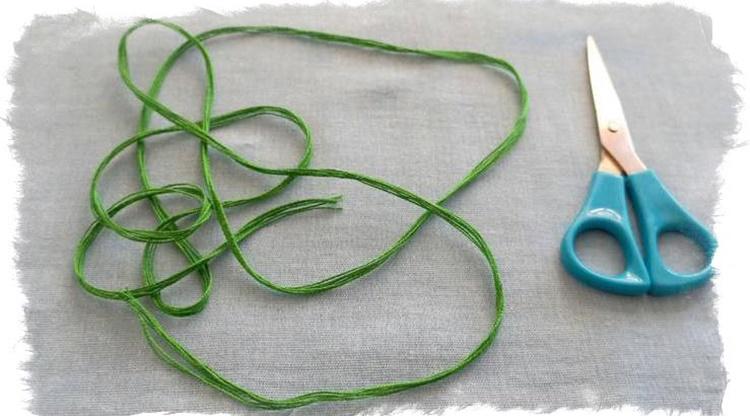 Зеленая нить на запястье